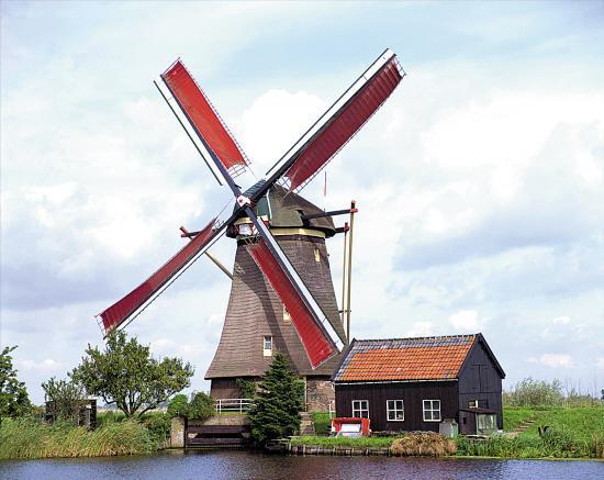 人们常把荷兰称为风车之国,荷兰是欧洲西部一个只有一千多万人口的国家。它的真正国名叫尼德兰。尼德是低的意思,兰是土地,合起来称为低洼之国。荷兰全国三分之一的面积只高出北海海平面1米,近四分之一的面积低于海平面,真是名符其实的尼德兰。 荷兰坐落在地球的盛行西风带,一年四季盛吹西风。同时它濒临大西洋,又是典型的海洋性气候国家,海陆风长年不息。这就给缺乏水力、动力资源的荷兰,提供了利用风力的优厚补偿。 荷兰风车(Netherlandish windmills),童话世界的扑朔迷离,旋转延伸